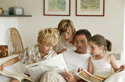 孩子思维培养:和女孩一起读报、看新闻、听评论