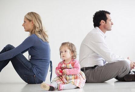 爸爸说一样,妈妈说一样,家教态度不一致,孩子该怎么办?
