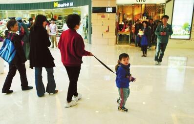 孩子任性事例:孩子逛商场,什么都要买,怎么办?