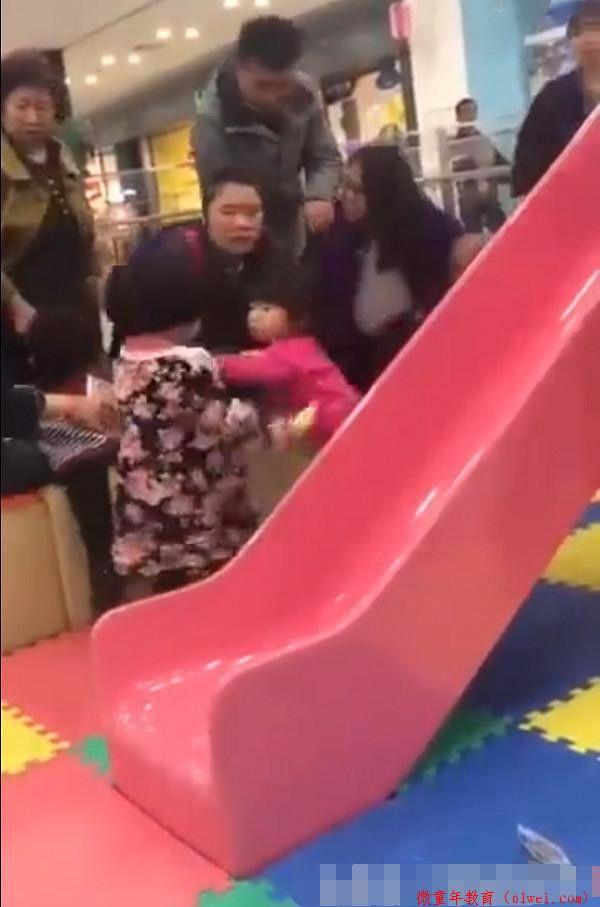 """孩子在游乐场被""""小霸王""""欺负了,家长怎么办?"""