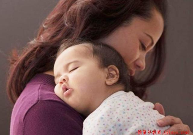 """为啥宝宝""""一抱就睡,一放就醒""""?原因很暖心,宝妈再辛苦都值得"""
