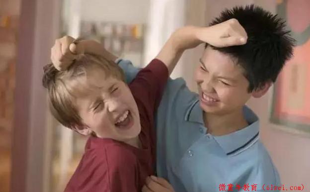 孩子喜欢动手打人,父母应该怎么引导?这样教比呵斥更有效
