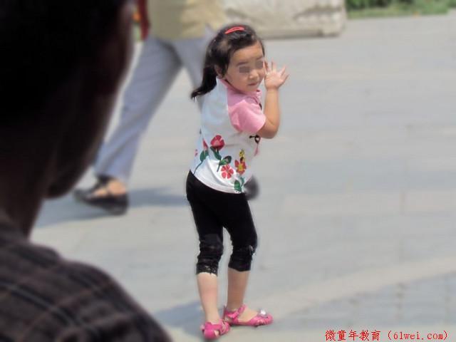 """孩子跟妈妈学""""不雅""""动作,太萌了!网友:孩子的模仿能力超群"""