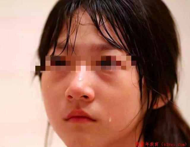 """女儿被男孩纠缠,老师称""""一巴掌拍不响"""",宝爸扇耳光:响不响?"""