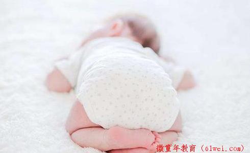 3个月女婴疑似接受趴睡训练后死亡!小宝宝到底该怎么睡?