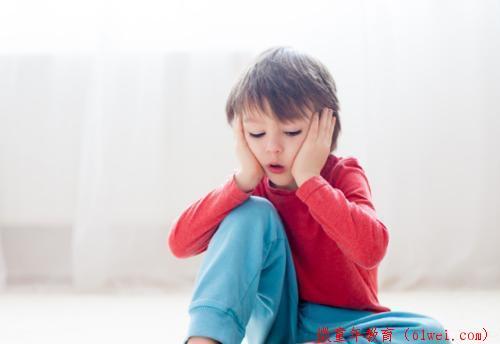 孩子遇人就害羞,老是躲在家长身后,多半家长没在意这2点