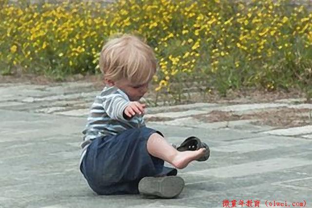 """孩子摔倒后到底""""扶不扶""""?扶得不好,父母可能在给孩子帮倒忙!"""