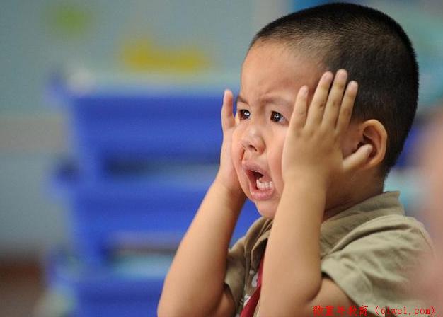 80后带娃做法:愤怒走开无视孩子哭闹,这与自己成长经历有关