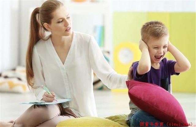 """孩子一看见客人就""""人来疯"""",多半是这3个原因,父母要正确引导"""