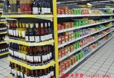 孩子逛超市口渴,拿空瓶结账被要10倍赔偿,妈妈骂店员是下等人,谁的错?